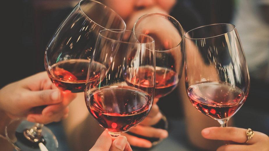 Kobiety piją prawie tyle samo alkoholu co mężczyźni