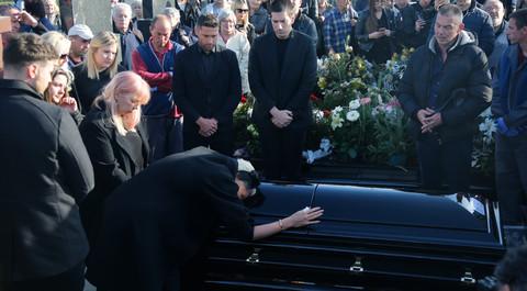 Potresno: Jelena Karleuša ljubila kovčeg i dozivala: 'Mama, mama...'