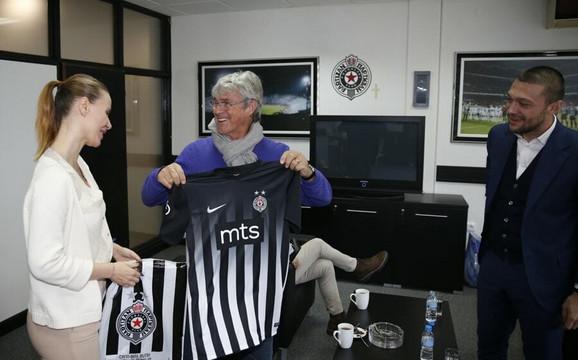 Biljana obradović, portparol crno-belih, uručuje poklon legendarnom Bori Milutinoviću
