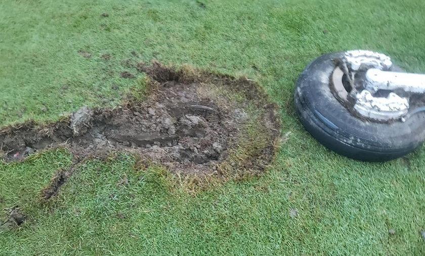 Koło samolotu spadło na pole golfowe.