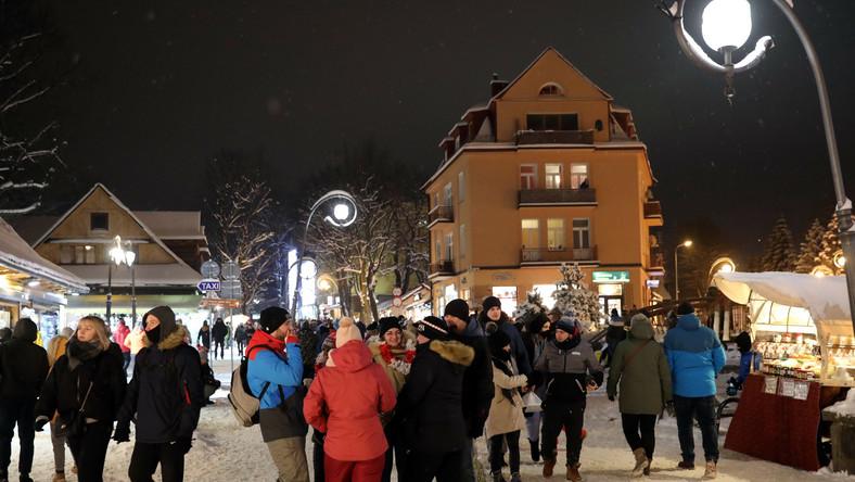 Turyści na Krupówkach w Zakopanem, 13 bm. Najazd turystów na stolicę Tatr jest związany z poluzowaniem obostrzeń.