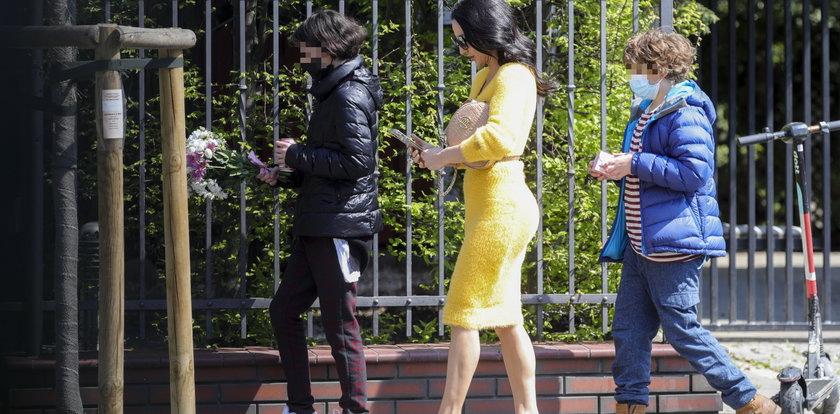 Justyna Steczkowska to gorąca dziewczyna. Ludzie dookoła w kurtkach i w płaszczach, a ona odsłania ciało... [FOTO]