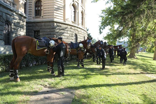 Policija na konjima ukod Skupštine Srbije