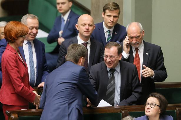 Premier Beata Szydło oraz ministrowie przedstawiają w środę w Sejmie raport dotyczący 8 lat rządów koalicji PO-PSL