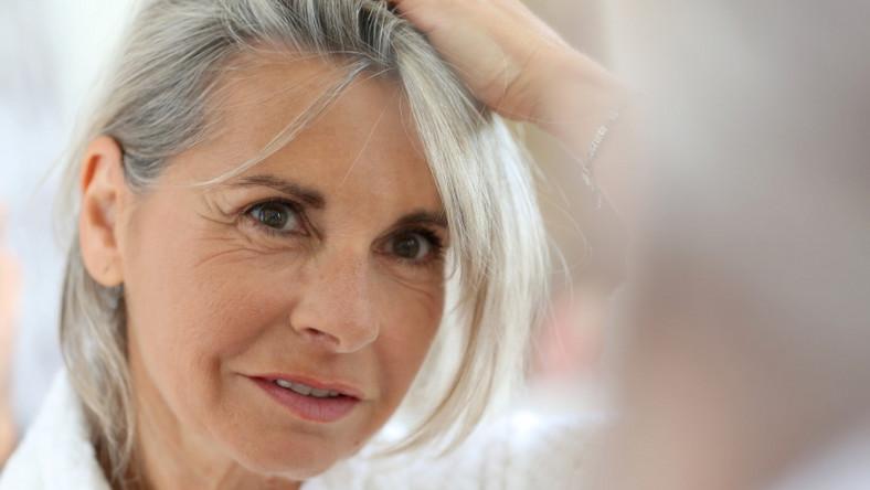 Kobieta ma siwe włosy