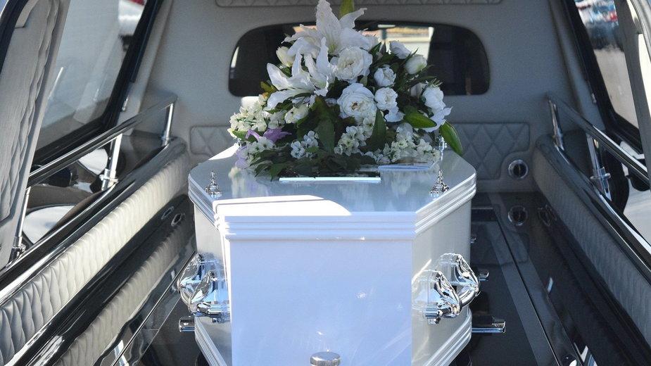 Na pogrzebach należy dostosować się do zasad Sanepidu - carolynabooth/pixabay.com