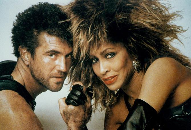 """Tina Tarner i Mel Gibson u filmu """"Pobesneli Maks"""" 1985. godine"""