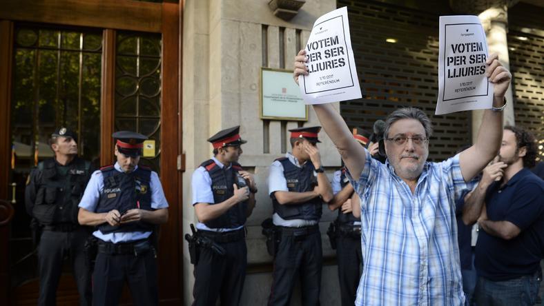 W Barcelonie trwa akcja policji ws. katalońskiego referendum. Mieszkańcy protestują