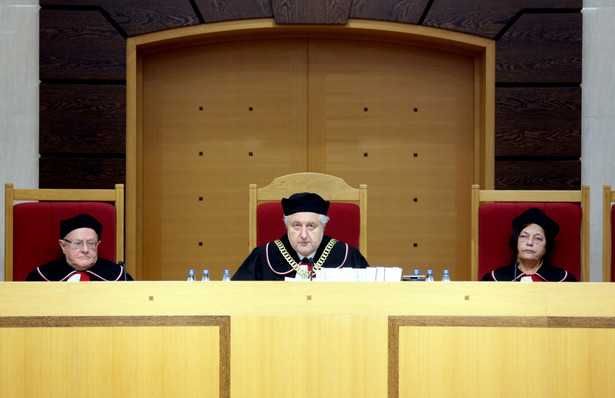 Sędziowie TK: Stanisław Biernat (L), Andrzej Rzepliński (C) i Teresa Liszcz (P) na sali rozpraw.