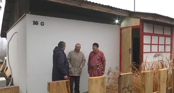 Bulat Šagzin ispred svoje kuće u mestu Belo Blato