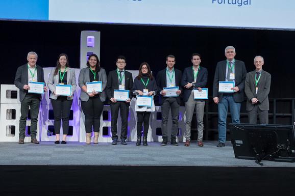 Prvi lekar u redu je Žan Fred Kolombel, koji zajedno sa dr Tarabarom (pretposlednji sa desne strane) prima nagradu na evropskom kongresu u Beču