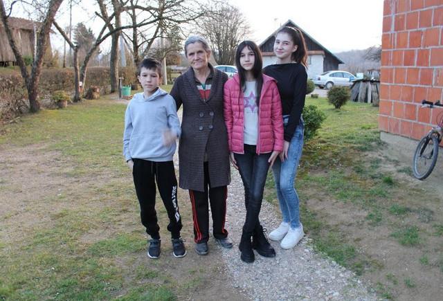 Biljana Čekić sa bratom, sestrom i bakom