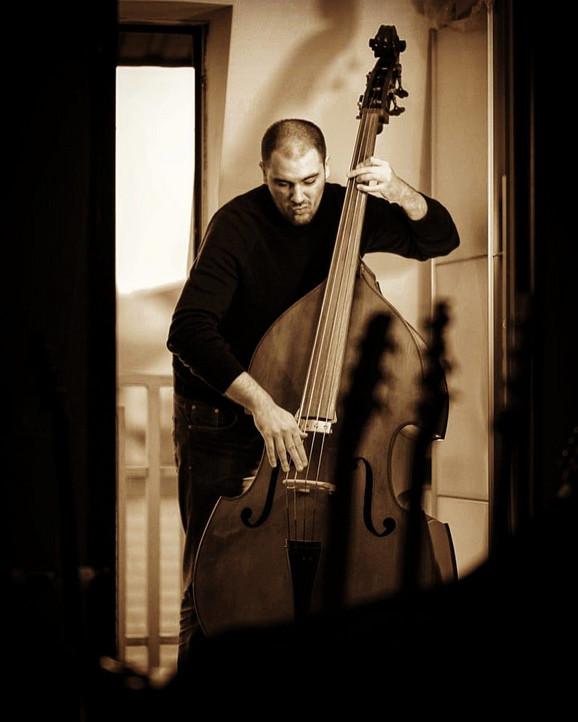 Aleksandar Stanojković svira nekoliko instrumenata