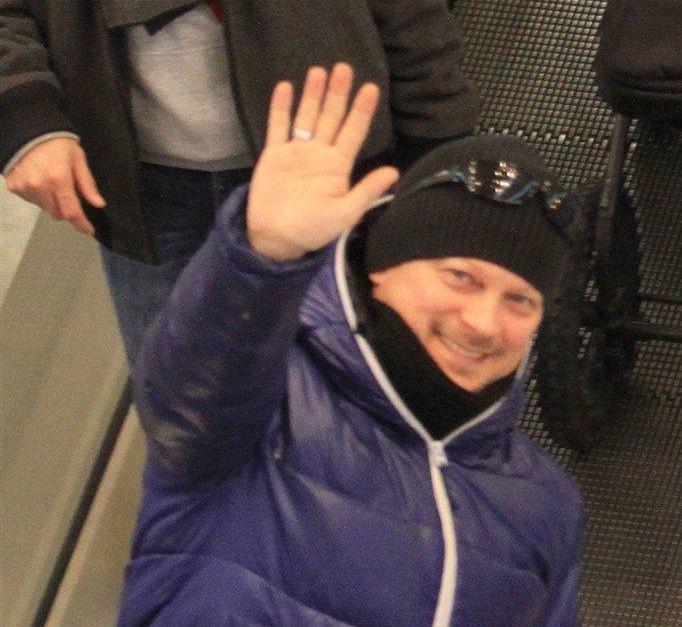 Piotr Szwedes pozdrawia paparazzo