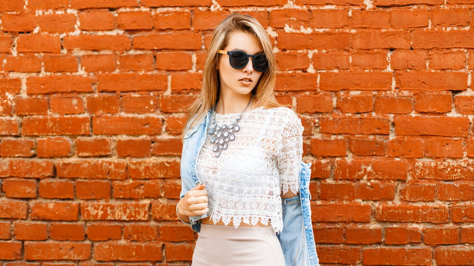 Najmodniejsze bluzki na wiosnę, za które nie zapłacisz więcej niż 100 zł