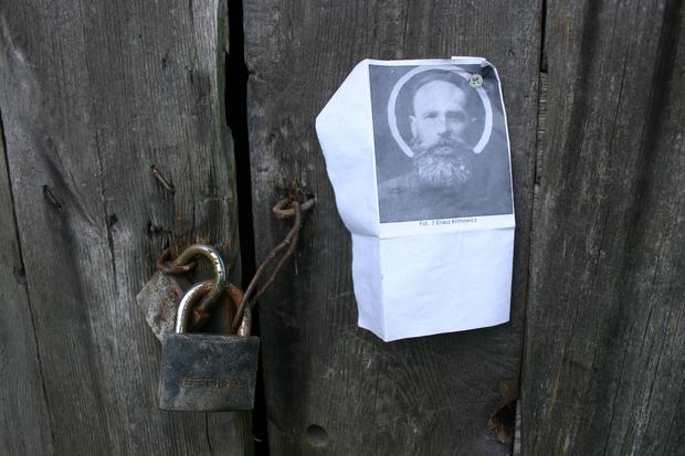 Wizerunek Eliasza Klimowicza, powieszony na ścianie drewnianej chałupy w Wierszalinie