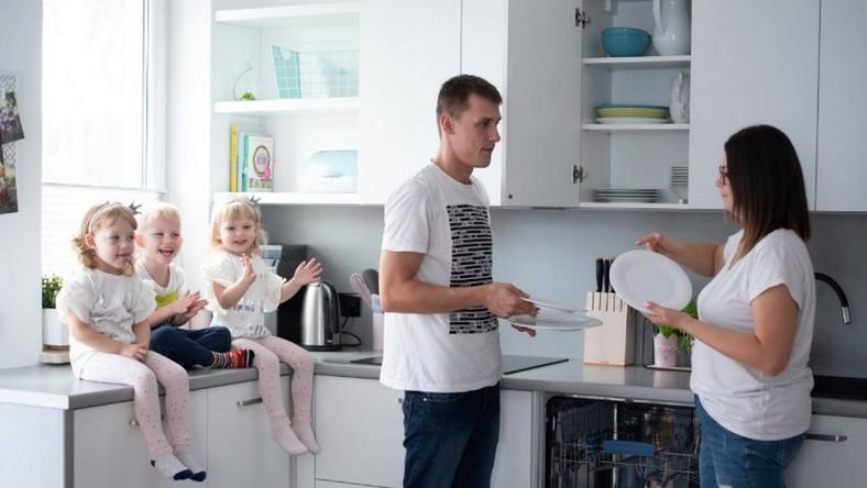 Kto skuteczniej wymiguje się od obowiązków domowych?
