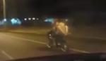 GOLI U SEDLU Ovaj par vodi ljubav na motoru PRI PUNOJ BRZINI (VIDEO)