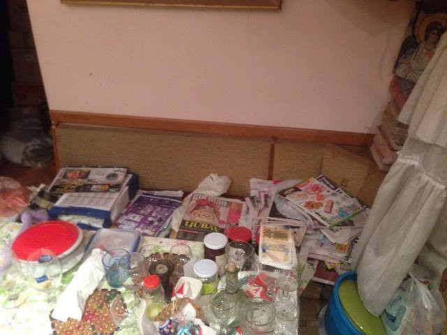 Novine su i po klupi za trpezarijskim stolom