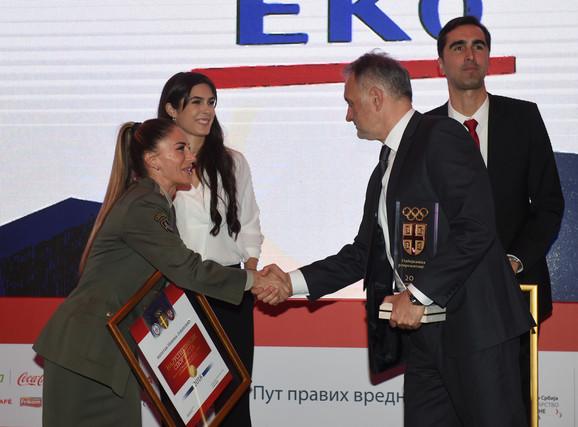 Kapetan Nevena Jovanović prima čestitke od Zorana Gajića