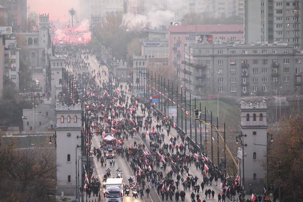 """Pod hasłem """"Miej w opiece Naród cały!"""" ulicami Warszawy przeszły w poniedziałek dziesiątki tysięcy uczestników 10. Marszu Niepodległości. Manifestacja przebiegła spokojnie; nie odnotowano poważnych incydentów."""