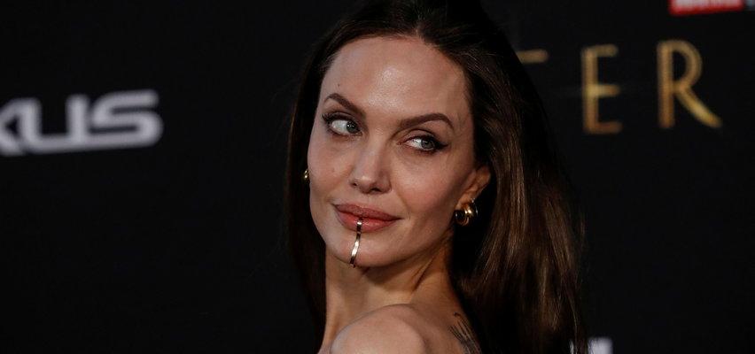 Co ona ma na twarzy... Angelina Jolie wygląda jakby nadziała się na wędkarski haczyk