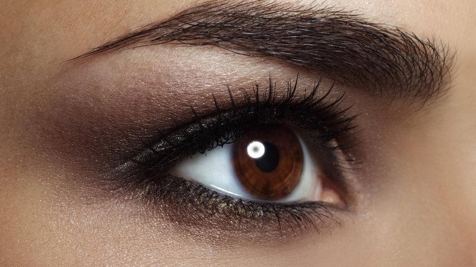 Brązowoocy maja… mniejszą odporność na alkohol. 5 cech wynikających z ciemnego koloru oczu