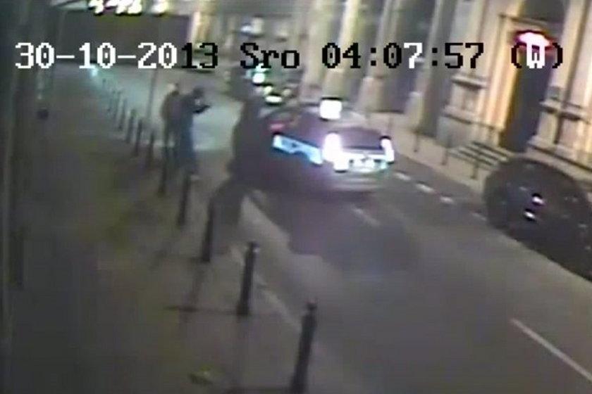 Klatka z filmu z pobicia Przemysława Wiplera przez policję