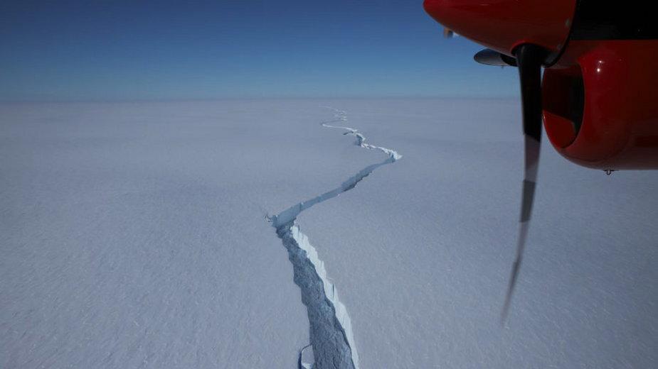 Pęknięcie szelfu lodowego Brunt w styczniu 2021 r.