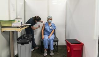 Dziurawa siatka. Lekarze wciąż zgłaszają się do szczepień