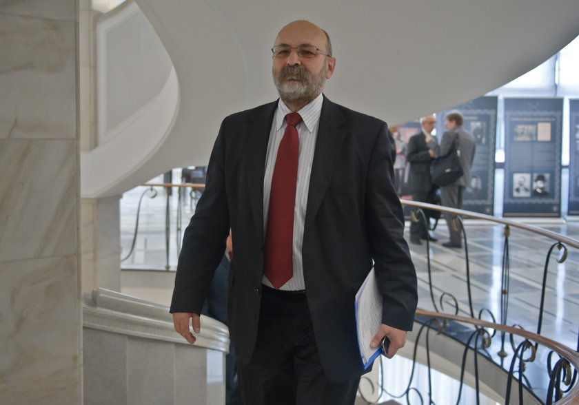 Od kilku dni senator Bogdan Pęk tłumaczy się z kompromitującego zdjęcia