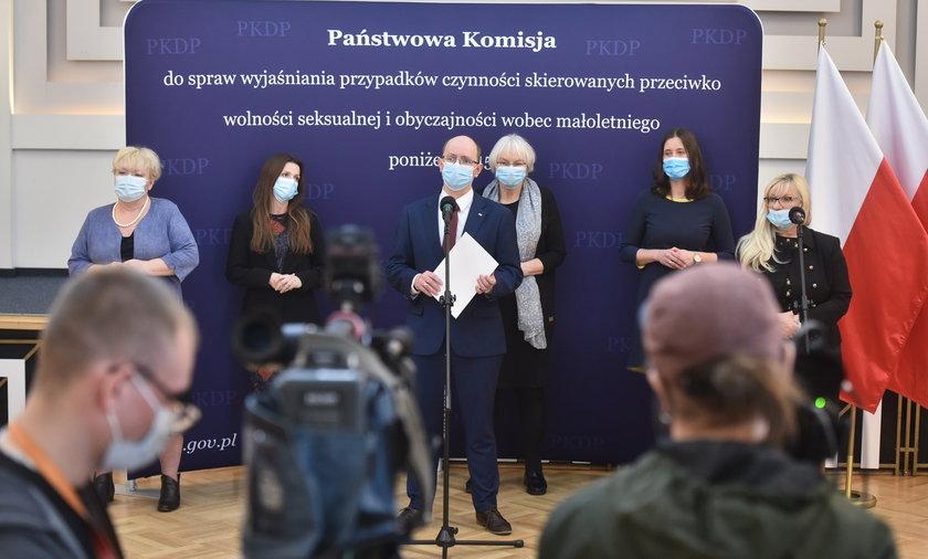 Posłowie KO sprawdzający działania Komisji ds. pedofilii.