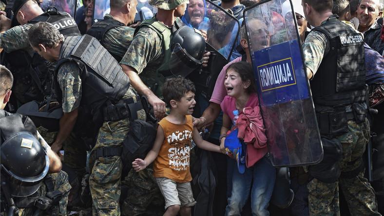 Imigrantów ciągle przybywa. Ludzie całymi rodzinami w namiotach, a czasem po prostu na rozłożonych na ziemi kocach, koczują przy granicy. Tłumy gromadzą się przed kordonami policjantów broniących przejścia. Macedoński rząd nakazał obstawić zieloną granicę. Jednak po starciach uchodźców z policją pozwolił na wpuszczenie na teren Macedonii określonej liczby imigrantów. Uchodźcy cały czas mają nadzieję, że Macedończycy otworzą granice. Prowizoryczne obozy po greckiej stronie są przepełnione. Panują w nich złe warunki sanitarne.