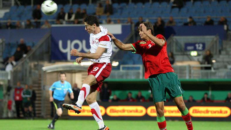 Robert Lewandowski (w białej koszulce) strzelił gola w meczu z Białorusią