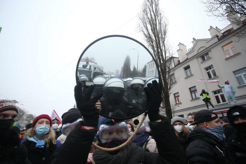 Niepokojące obrazki w Warszawie. Policja rzuciła do ochrony Kaczyńskiego potężne siłv