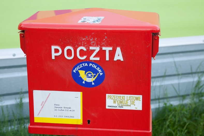 <strong>Poczta Polska jest monopolistą na rynku pocztowym, utrudniającym wejście na rynek oraz działanie na nim mniejszym operatorom niepublicznym</strong> <br><br> Według niepublicznych operatorów pocztowych Poczta Polska nadal jest monopolistą na rynku i żadne drobne regulacje tego nie zmienią. Ponadto stan ten według nich utrzymywany jest za zgodą i pod nadzorem jej jedynego właściciela, którym jest Skarb Państwa. Plany prywatyzacji Poczty zostały odrzucone, w zamian spółka ma się restrukturyzować i pojawić się na giełdzie w ofercie publicznej. Co na to PP? <br><br> <b>Odpowiedź Poczty Polskiej</b> <br><br> Od nowego roku (2013 red.) Poczta Polska i inni operatorzy pocztowi działają w oparciu o nowe prawo pocztowe, które uwolniło rynek zgodnie z dyrektywami Unii Europejskiej. Zniknął obszar zastrzeżony na listy o masie mniejszej niż 50 gramów. Z mocy tej ustawy państwo poprzez operatora wyznaczonego, którym na okres 3 lat została Poczta Polska, będzie gwarantowało świadczenie tzw. usług powszechnych. Dla dobra wspólnego muszą być one wykonywane w sposób jednolity i po przystępnych cenach. <br><br>  Innymi słowy, państwo gwarantuje na przykład klientom, że w całym kraju przez pięć dni w tygodniu nadamy i odbierzemy listy do 2 kg i paczki do 10 kg, a także odbierzemy paczkę z zagranicy do 20 kg. <br><br>  Rozwiązanie to przyjęto, biorąc pod uwagę stopień rozwoju polskiego rynku pocztowego, na którym świadczenie usług powszechnych nie może być zapewnione siłami rynku. Dlatego pierwszym operatorem wyznaczonym z mocy ustawy na okres 3-letni została Poczta Polska. <br><br>  Ten sposób zapewnienia przez państwo usługi powszechnej jest standardem w rozwiązaniach wszystkich krajów europejskich przy czym okres wyznaczenia operatora w Polsce jest najkrótszy. Przykładowo we Francji okres ten wynosi 15 lat, w Belgii – 8 lat, we Włoszech – 12 lat. Rządy tych krajów zdecydowały się na takie okresy, żeby dać gwarancje obywatelom zapewnienia stabilności dostępu do usług powszechn