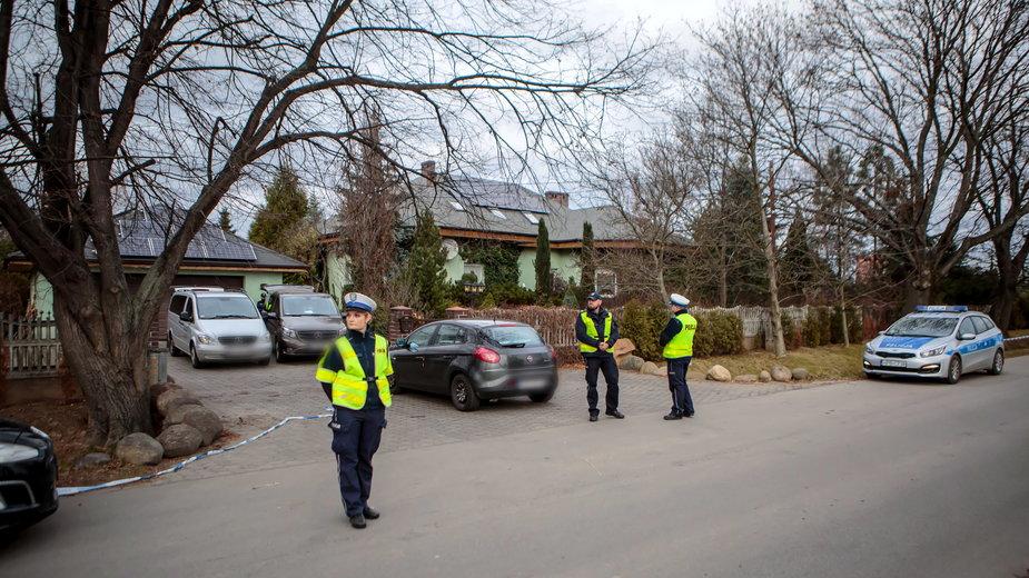 Policjanci i technicy policyjni przy posesji,  na której doszło do morderstwa