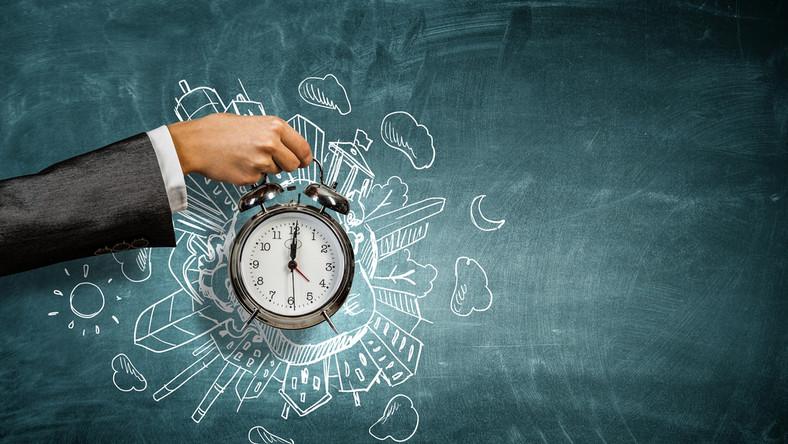 zegar czas godzina ręka budzik zmiana czasu / fot. Shutterstock