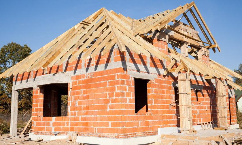 PiS chce, by Polacy mogli budować domy do 70 metrów bez pozwolenia, kierownika budowy i z projektem od Państwa polskiego za złotówkę. Eksperci wskazują, że ta wizja może napotkać problemy.