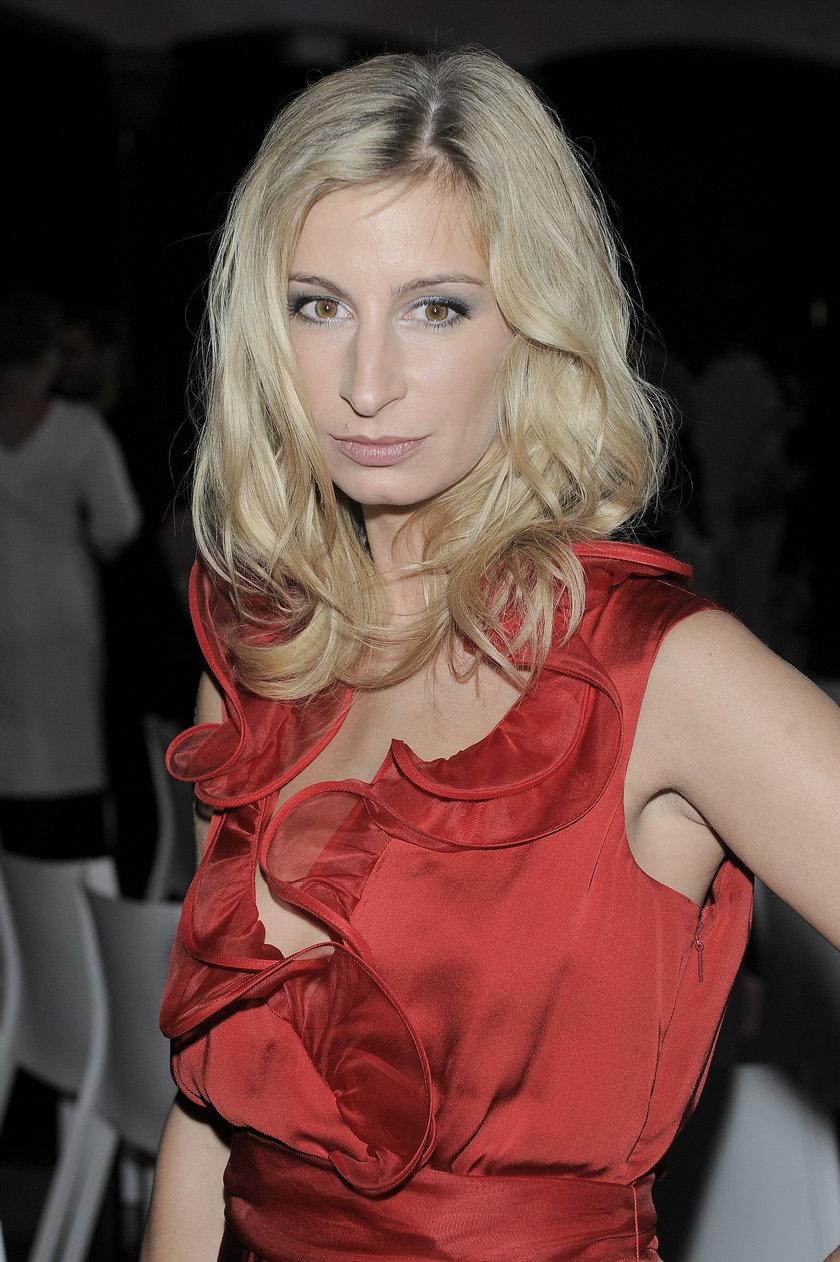 Magdalena Schejbal w czerwonej sukience