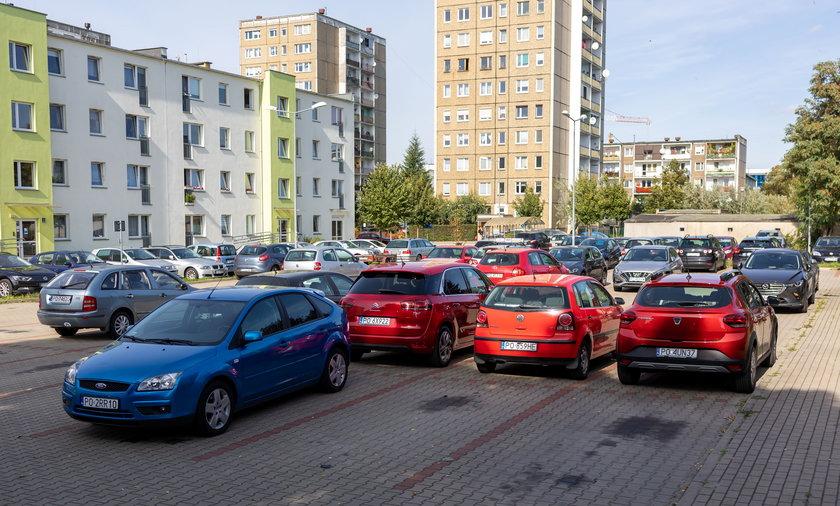 Mieszkańcy muszą płacić aż 90 zł miesięcznie za parkowanie pod własnym domem.