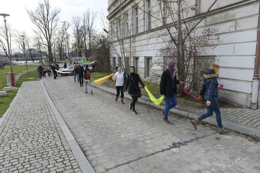 """Aktywiści opasali kamienicę łańcuchem """"z siebie"""" i szalików"""