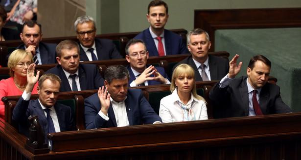 Rząd i premier tracą poparcie - wynika z badania CBOS PAP/Tomasz Gzell