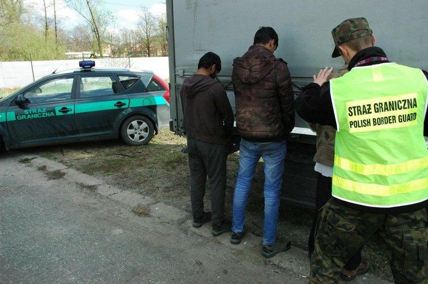 Andrychów. Kierowca ciężarówki wiózł w naczepie trzech Pakistańczyków. Wezwał policję