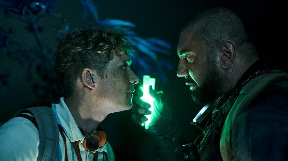 """Matthias Schweighöfer jako Ludwig Dieter i Dave Bautista jako Scott Ward w filmie """"Armia umarłych"""" (2021)"""