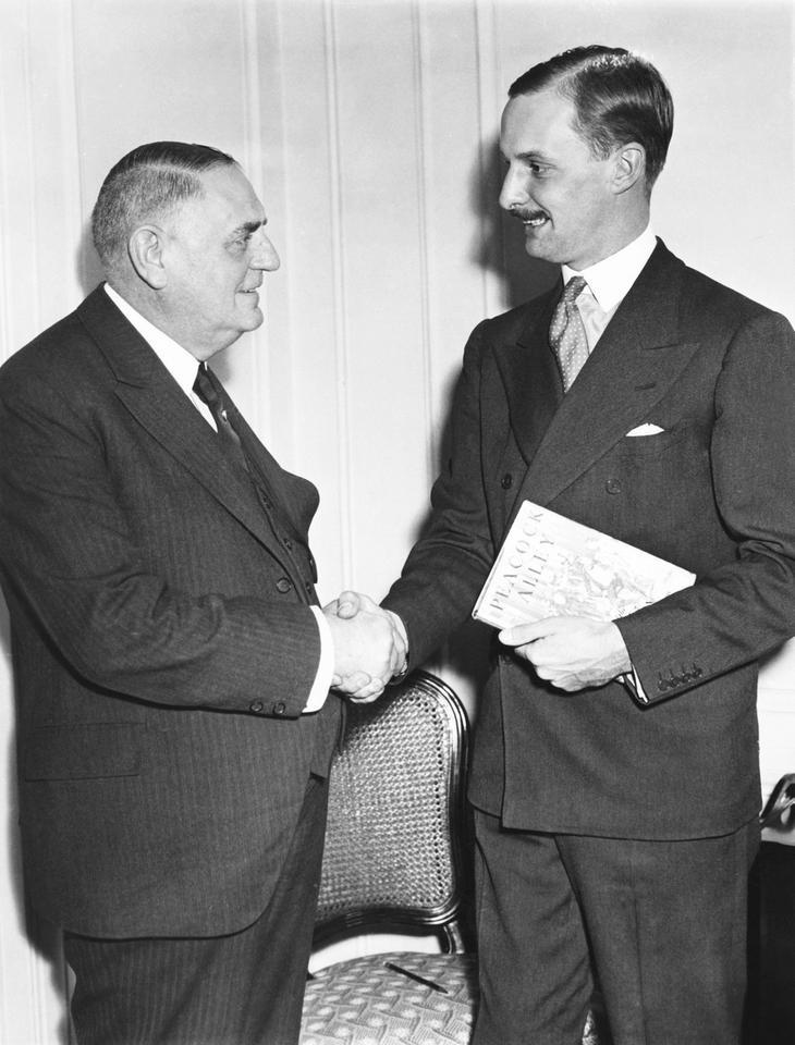 """Świetny serwis zawsze był jednym z priorytetów Waldorf Astorii. Szef służby restauracyjnej Oscar Tschirky zyskał nawet przydomek """"Oscar z Waldorfa"""". Stworzone prze niego menu zachowane zostało przez Cornell University."""