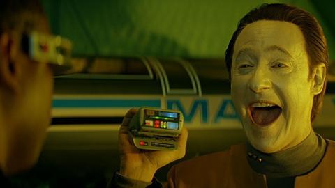 """Tricorder ze """"Star Treka"""" w ręku serialowego androida Data"""
