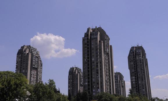 """Soliteri """"Pet idiota"""" na beogradskoj Banjici: Kako objašnjavaju sadašnji stanari, ovaj nadimak više koriste oni koji u njima ne stanuju, dok su oni gotovo i zaboravili na njega. """"Verujem da su ih tako prozvali jer deluju idiotski tako visoki i sami. Jedan arhitekta objasnio mi je da je zamisao u stvari bila petokraka"""", kaže Ana Danilović koja živi u ovim zgradama."""