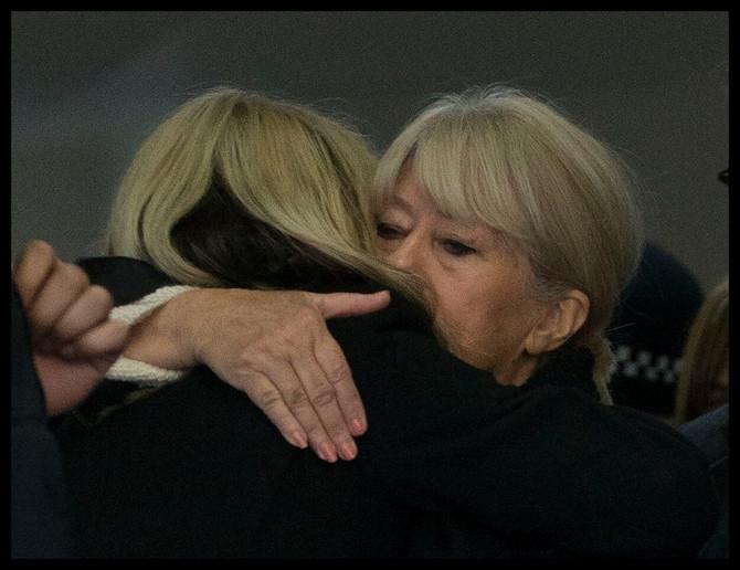 Karolin sa majkom ispred suda