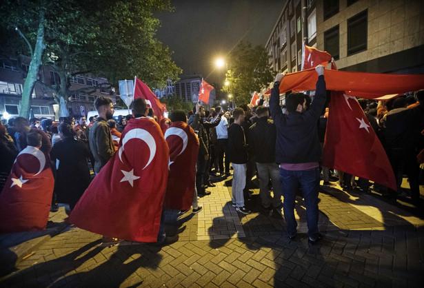 Sytuacja uspokoiła się po przybyciu na lotnisko w Stambule grupy zwolenników prezydenta Recepta Tayyipa Erdogana, który na wieść o puczu przyleciał z urlopu w Marmaris
